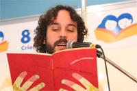 Gabriel o Pensador lendo livro