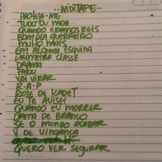 Rascunho em caderno da playlist da nova mixtape do Rashid