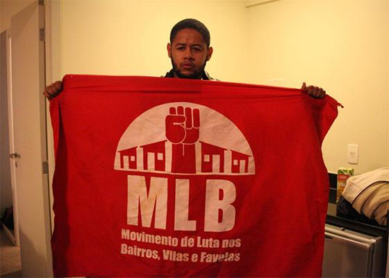 Emicida com a bandeira do MLB