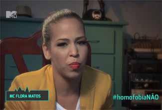 Flora Matos dá depoimento contra homofobia