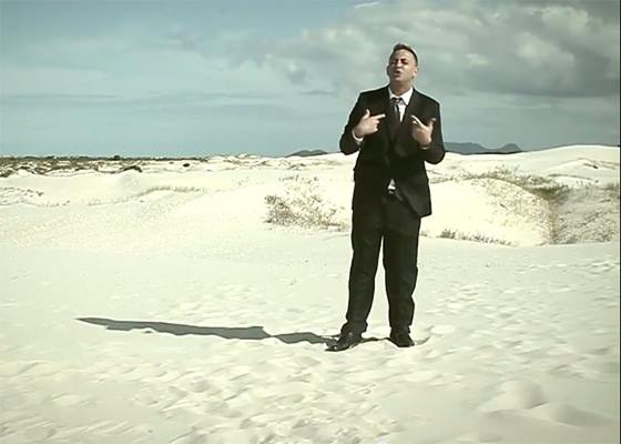 Floripa MCs e Bing Man no clipe Amor no Deserto