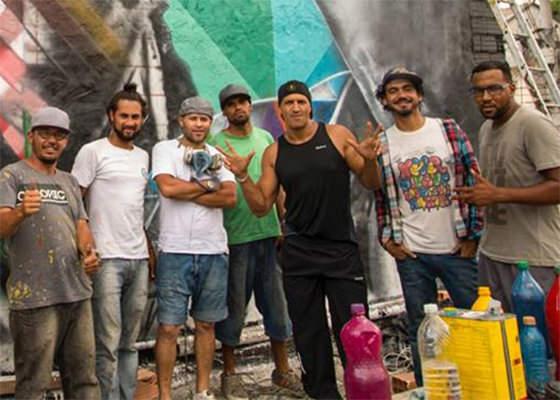 Mano Brown visita grafite em homenagem ao Racionais no Capão