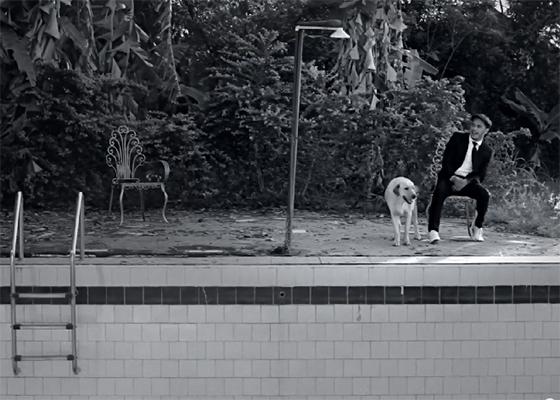 Marcelo D2 em piscina vazia em clipe
