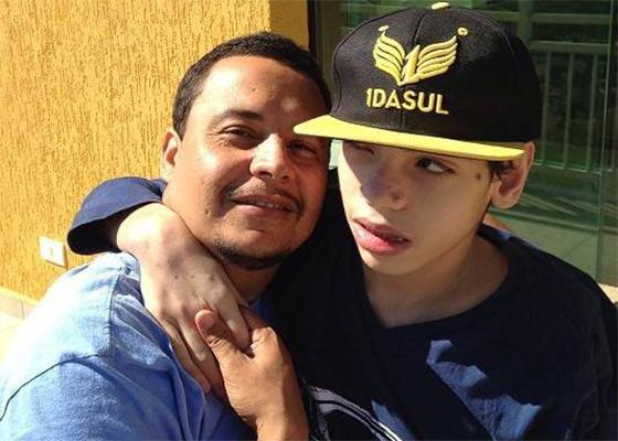 Maurício, do Detentos do RAP, e seu filho