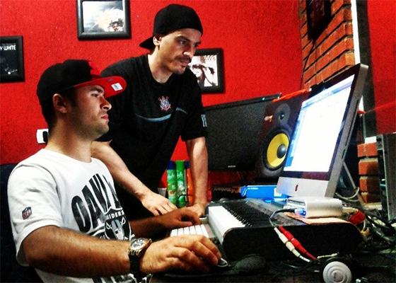 Eduardo e o DJ Luiz Só Monstro em estúdio