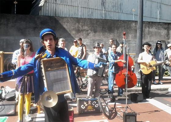 Artistas de rua protestam contra decreto do prefeito de SP