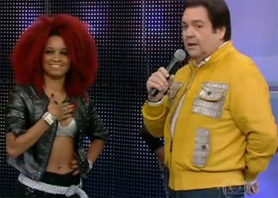 Faustão e dançarina da Anitta chamada de aquela do cabelo vassoura de bruxa