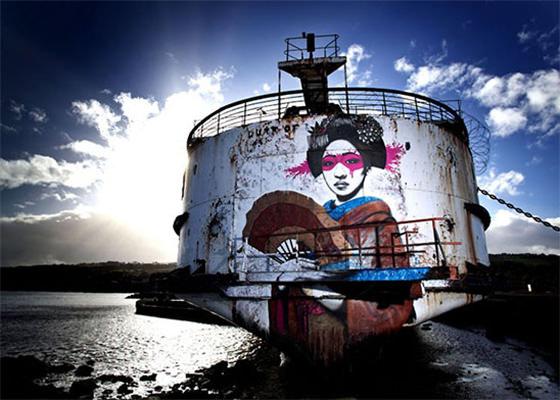 Graffiti em local abandonado em País de Gales