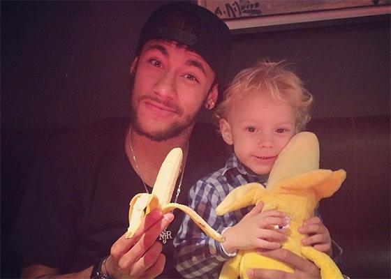 Neymar e filho tiram foto com bananas para campanha contra o racismo