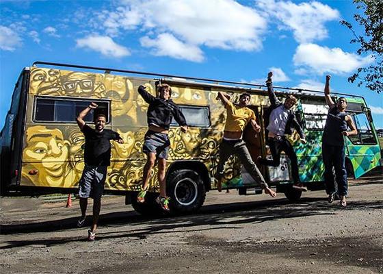 Primat e Falaman graffitam onibus de torcedores da seleção brasileira