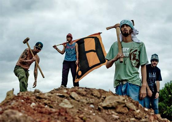 """Avante o Coletivo critica padronização em novo clipe, """"Quebrando tijolos"""""""