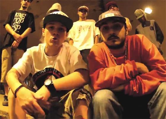 Bino e Luca no clipe Fácil Pá Ninguém