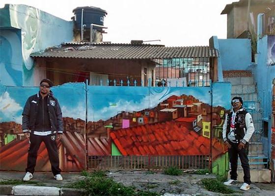 A convite de graffiteiros, Thaide e Xis visitam galeria a céu aberto na quebrada