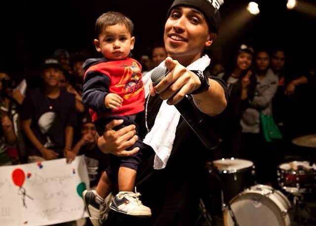 Rashid com bebê no colo