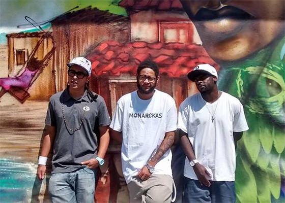 A convite de graffiteiros, Emicida visita galeria a céu aberto na quebrada